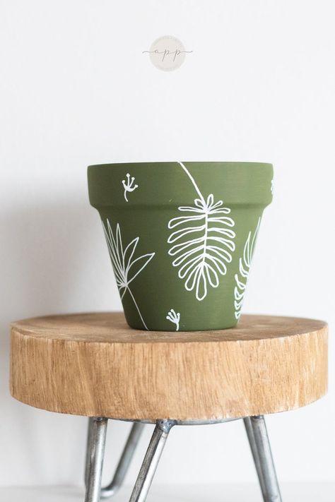 Painted Plant Pots, Painted Flower Pots, Pots D'argile, Flower Pot Art, Decorated Flower Pots, Diy Home Crafts, Clay Pot Crafts, Pottery Painting, Terracotta Pots