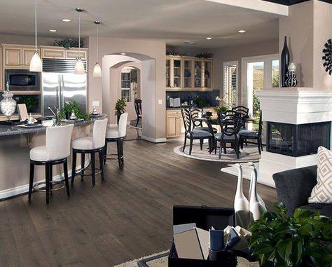 Wohnzimmer mit geschmackvoller Einrichtung im amerikanischen ...