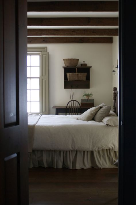 Beautiful Home Modern Country Style: Shaker-Style Home This also looks like one of Andrew Wyeth's paintings. Primitive Homes, Primitive Bedroom, Country Primitive, Primitive Fireplace, Faux Fireplace, Primitive Kitchen, Country Kitchen, Modern Country Style, Country Decor
