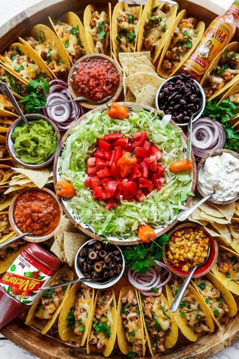 For summer hosting, enjoy this Easy Taco Recipe Dinner Board for a large gathering. Make crunchy tacos with turkey, beef, chicken, or pork! Mexican Dinner Party, Mexican Menu, Taco Dinner, Dinner Party Menu, Mexican Food Recipes, Dinner Recipes, Ethnic Recipes, Party Buffet, Tacos