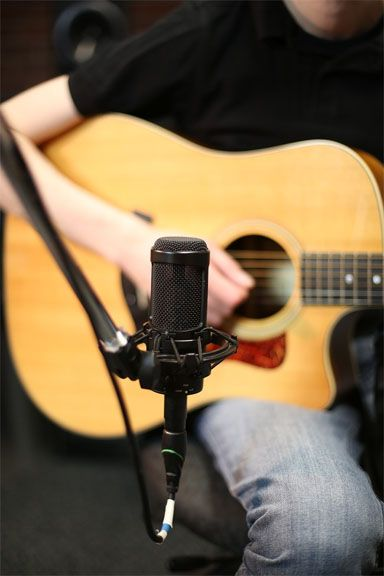 Home Recording Tips 10 Acoustic Guitar Mic Techniques Disc Makers Guitar Acoustic Guitar Guitar Mic