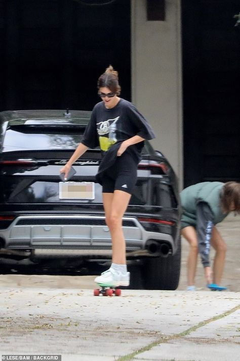 Kendall Jenner sports Aerosmith T-shirt to skateboards with gal pals Kendall Jenner Outfits, Kendall And Kylie, Kendall Jenner Selfie, Kendall Jenner Workout, Kendall Jenner Modeling, Kendall Jenner Instagram, Celebrity Outfits, Celebrity Style, Estilo Kardashian