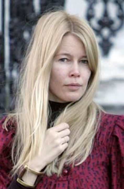 How does supermodel Claudia Schiffer without makeup look? Her age is creeping up on her as you can see from some of these Claudia Schiffer no makeup pics.
