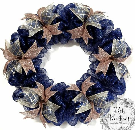 The video tutorial below is for making a deco mesh bubble wreath. This wreath will be approximately 18 inches in diameter and 3 to 4 inches deep w. Deco Mesh Garland, Deco Mesh Wreaths, Burlap Wreaths, Door Wreaths, Floral Wreaths, Deco Mesh Wreath Tutorial, Country Wreaths, Wreath Crafts, Diy Wreath