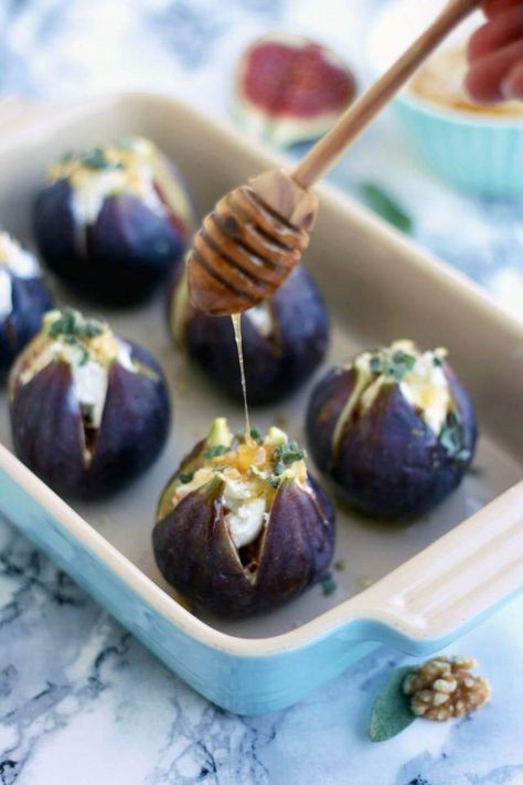 Easy Baked Figs with Goat Cheese, walnuts, honey and sage recipe. Thes… Easy Baked Figs with Goat Cheese, walnuts, honey and sage recipe. These baked figs make for an elegant savory appetizer your guests will love! Fall Appetizers, Healthy Appetizers, Appetizer Recipes, Appetizer Ideas, Fig Appetizer, Canapes Ideas, Dinner Recipes, Fig Recipes Healthy, Party Canapes