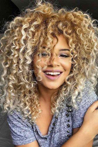 21 Erstaunliche Styles Die Sie Mit Ihrem Langen Lockigen Haar Erreichen Konnen Frisuren Ideen Lang Krullend Haar Krullend Haar Krullend Haar Stylen