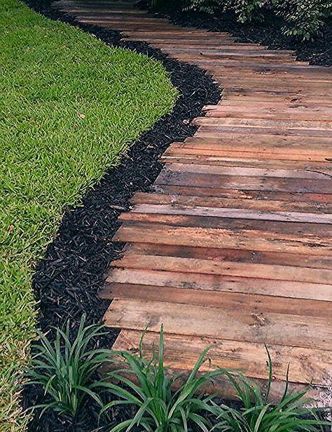 Les Lattes D Un Vieux Sommier Seront Parfaites Pour Constituer Une Allee En Bois Backyard Walkway Walkway Landscaping Garden Paths