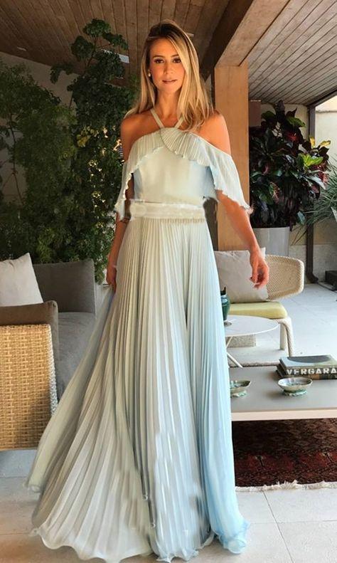 3c4032d19 Los complementos en dorado serán la mejor opción para combinar con tu  vestido en verde esmeralda y conseguir un look de boda...