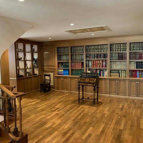 Librerie A Muro Su Misura.Parete Libreria Con Boiserie Realizzata In Legno Di Noce Con Il Su