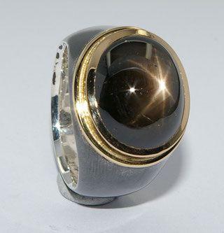 Das Goldschmied Atelier Bergschmuck stellt individuelle und spezielle Ringe auf Kundenwunsch her.