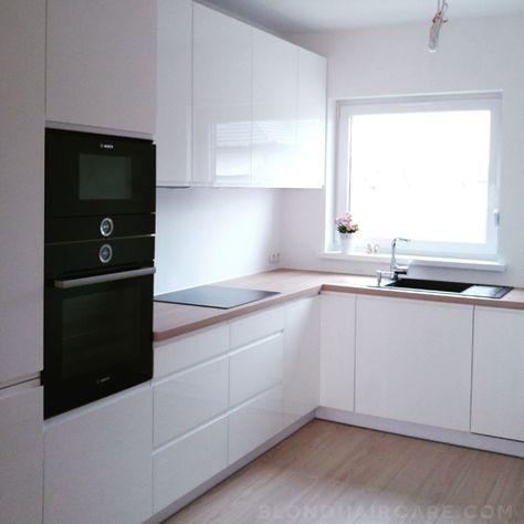 Biala Kuchnia Z Drewnianym Blatem I Czarnymi Sprzetami Agd Pielegnacja Wlosow Blog Kitchen Remodel Small Kitchen Inspiration Design Kitchen Remodel