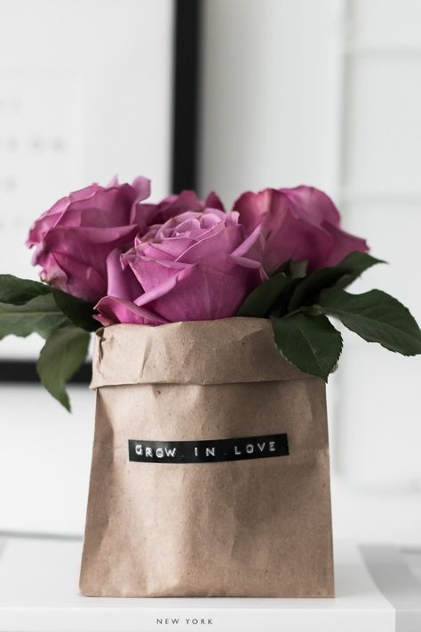 Make some simple DIY Paper Bag Bouquets to handout for Valentine's Day. They make the perfect handmade gift for everyone on your list! Paper Bouquet Diy, Paper Bag Flowers, Gift Flowers, Send Flowers, Rose Flowers, Roses, Diy Gift Bags Paper, Paper Bag Crafts, Paper Bags