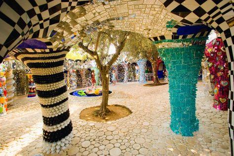 Säulen in einer Skulptur: 1983 zog die Künstlerin ins Innere der gerade fertig...