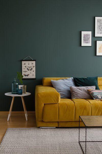 Fur Mehr Farbe In Der Wohnung Blaue Grune Und Gelbe Sofas Solebich De Foto Wiener Wohnsinn Solebich Woh Wandfarbe Grun Wandfarbe Wohnzimmer Samt Sofa