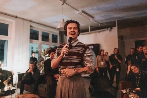 Harry at the listening party for Fine Line in Berlin - November 26 (via listeningclub) Mr Style, Style Icons, Berlin, Harry Styles Pictures, Harry Styles Wallpaper, Treat People With Kindness, Harry Edward Styles, Pretty People, Beautiful Men