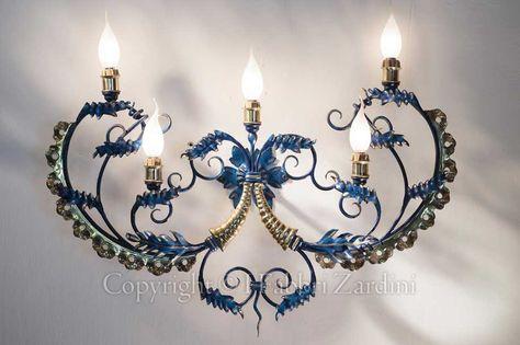 Applique a cinque luci in ferro battuto dipinta a mano e ottone - Decoro: Cornocopia porta fortuna