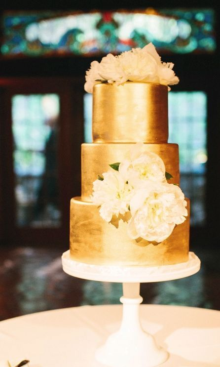 Natural wedding cake, loose leaves, thick white frosting // Rachel ...