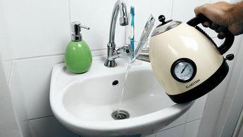 Pfeifenfrei Ruckeln Zucken Machen Sie Ihren Eigenen Pfeifenreiniger Ohne Chemie Wenn Der Abf Rohre Badewannenabfluss Verstopft Haushaltsreinigungstipps