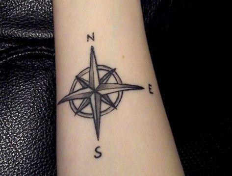 tatouage simple rose vent avant bras de femme noir et blanc