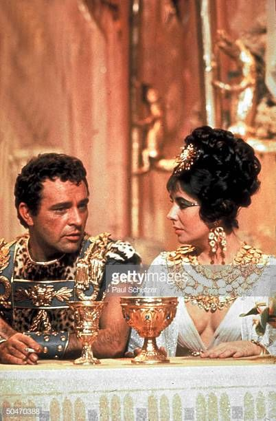 Actors Richard Burton Elizabeth Taylor In Costume Chatting On Set Elizabeth Taylor Cleopatra Richard Burton Elizabeth Taylor Elizabeth Taylor