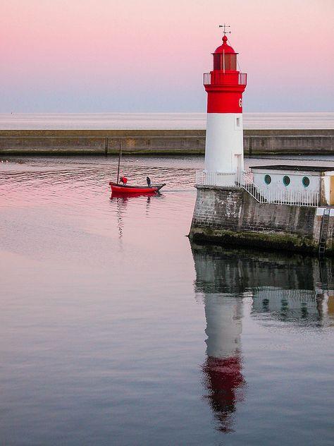 Soirée tranquille dans le port du Guilvinec, Finistère. Quiet evening in the Guilvinec Harbour, Brittany, France.