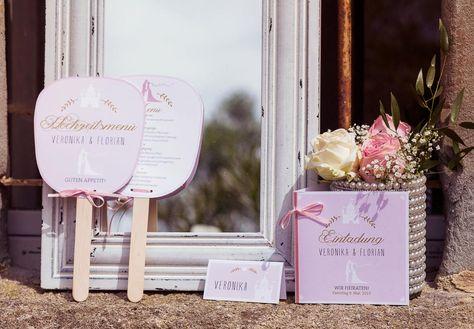 Hochzeitseinladung und Fächer in Fliederfarben bei www.weddingstyle.de | Foto: Tetty´s Photography