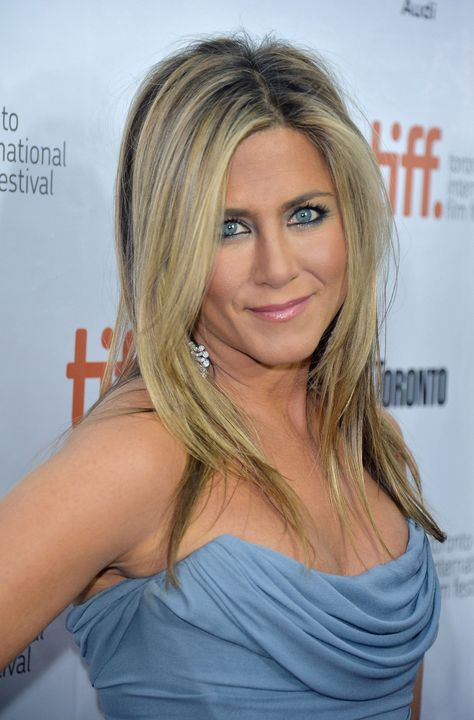 Jennifer Aniston Wore a Blue Smoky Eye Out in Public! - Jennifer Aniston Wore a Blue Smoky Eye Out in Public! Jennifer Aniston Style, Jennifer Love Hewitt, Jennifer Aniston Pictures, Jennifer Aniston Makeup, Jennifer Amor, Jeniffer Aniston, John Aniston, The Beauty Department, Curls