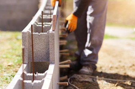 Schalungssteine Setzen So Bauen Sie Eine Mauer Das Haus Stutzmauer Steine Mauer Bauen Schalung