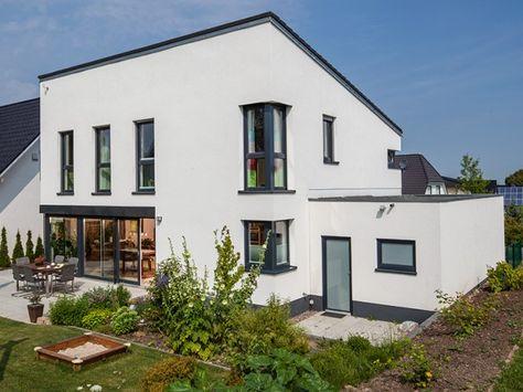 Hausansicht Kundenhaus Familie Dietz. Massivhaus Modern Im Bauhausstil Mit  Pultdach Und Erker | Massivhaus | Pinterest | Modern