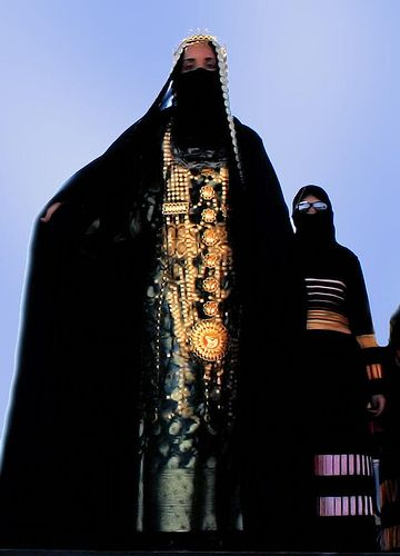 Saudi Arabia Once the traditional bridal attire with Saudi gold and first look in antique mirror after the bride is prepared. We Are The World, People Around The World, Around The Worlds, Fotografia Retro, Folk Costume, Costumes, Niqab, Muslim Women, Mode Outfits