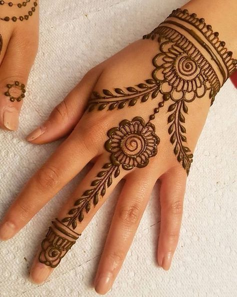 This Is Very Simple And Cute Mehndi Designs For Backhand Mehndi