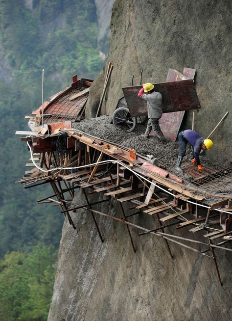 The 21 builders are working in dangerous conditions to build China's longest sightseeing mountain road in Pingjiang county, Hunan Province Dangerous Roads, Scary Places, Jolie Photo, Paths, The Good Place, Cool Photos, Beautiful Places, Beautiful Buildings, Funny Pictures