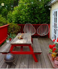 Oooh, railings painted fun colour, coordinating with painted furniture.  Definitely interesting for when table looks even worse.