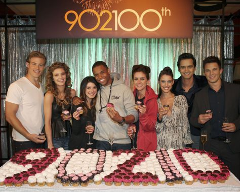 """90210 -- """"902-100"""" -- Pictured (L-R): Trevor Donovan, AnnaLynne McCord, Shenae Grimes, Tristan Wilds, Jessica Stroup, Jessica Lowndes, Michael Steger, and Matt Lanter -- Photo Credit: Scott Alan Humbert/The CW Network -- © 2012 THE CW NETWORK. ALL RIGHTS RESERVED"""