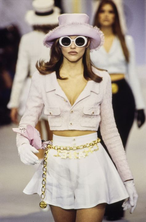 Chanel Spring 1993 Ready-to-Wear Fashion Show : Chanel Spring 1993 Ready-to-Wear Collection - Vogue The complete Chanel Spring 1993 Ready-to-Wear fashion show now on Vogue Runway. Neo Grunge, Grunge Look, Grunge Style, 2000s Fashion, Look Fashion, Vogue Fashion, Fashion Style Women, Dubai Fashion, Hipster Fashion