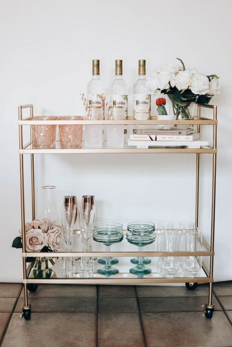 Tips for designing your Spring Bar Cart + 5 simple and refreshing cocktails . - Tips for designing your Spring Bar Cart + 5 simple and refreshing cocktail recipes … # cocktail r - Bar Cart Styling, Bar Cart Decor, Ikea Bar Cart, Diy Bar Cart, Home Design Decor, Diy Home Decor, Interior Design, Design 24, Home Furniture