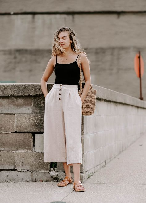 Is minimalist fashion your thing? Here are 10+ super cute minimalistic summer outfit ideas for those that want to keep it stylish yet simple this season! You can't go wrong with linen pants and a straw bag outfit! #minimalisticfashion  #minimalistwardrobe