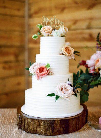 Classic Rustic Wedding Cake Idea White Wedding Cake With Minimal Flowers Sweet Treets Bakery Brides Cake Wedding Cake Fresh Flowers Chocolate Wedding Cake