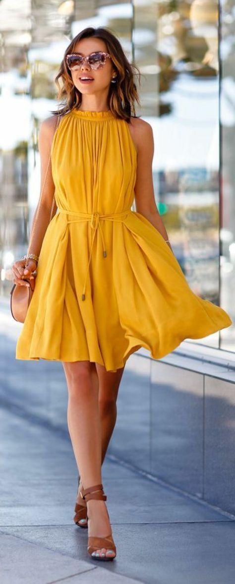 une jolie robe jaune, robe de soirée jaune, robe d'été jaune, femme lunettes