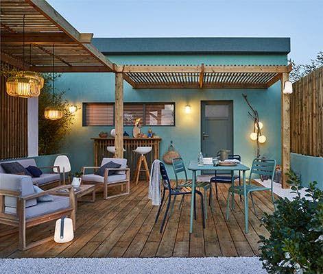 Une Cour Habillee De Bleu Et De Bois Leroy Merlin En 2020 Pergola Design Idees De Patio Maison Confortable