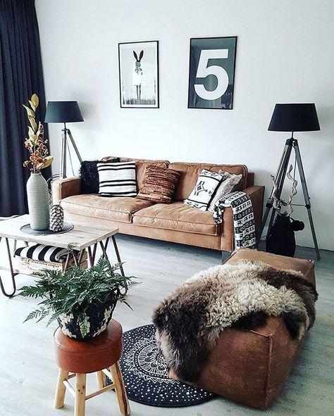 Rustikales Wohnzimmer mit gemütlicher Ledercouch in braunen Cognac