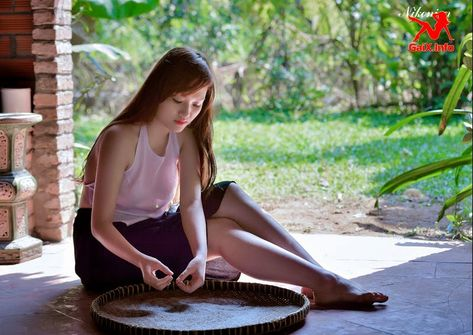 CÔ TẤM KHOÁT ÁO YẾM KHOE NHŨ HOA - Haitaynamkg Knowledge