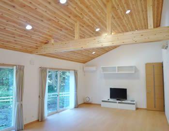 天井は 梁の木目に合わせて木目調のクロスを選び 木の風合い豊かに 床は 愛犬にやさしい防滑性と耐傷性のあるペット対応フローリングを採用 リビング 天井 インテリア 動線 アイフルホーム