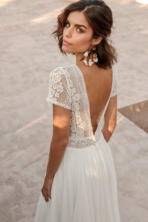 Marylise 2021 Collection Shades of Wonders - Dress with voluminous skirt in chiffon, combined with a lace top and short sleeves. An elegant V-neckline in both the front and back!