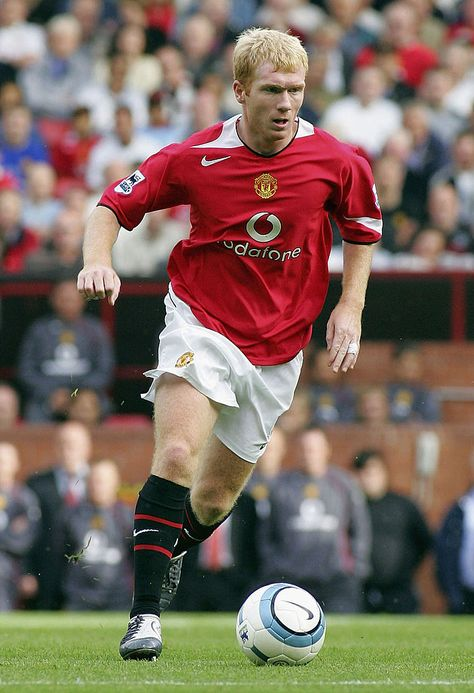 MANCHESTER, ENGLAND - AUGUST 21: Paul Scholes of Manchester United in action on the ball during the Barclays Premiership match between Manchester United and Norwich City, at Old Trafford on August 21, 2004 in Manchester, England. (Photo by Tom Purslow/Manchester United via Getty Images)