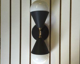 •DELPHINE• Troll azul + latón UL para lugares secos o húmedos  Esta lámpara de bombilla de duelo es perfecto para colgar horizontal o verticalmente en cualquier lugar en su casa. Latón crudo personalizado hecho para Triple siete con dos globos de cristal. Se ve increíble sobre un espejo de baño, imponente a cada lado de la cama, o incluso en el techo. Construido con latón crudo inacabado y globos de cristal soplado.  Usted tiene la opción de conseguir Bronce - o - níquel  También, por favor…