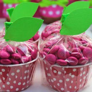 Aqui são forminhas de cupcake recheadas com MMs coloridos (pode ser também jujuba). Para finalizar, um folhinha fechando o saquinho.