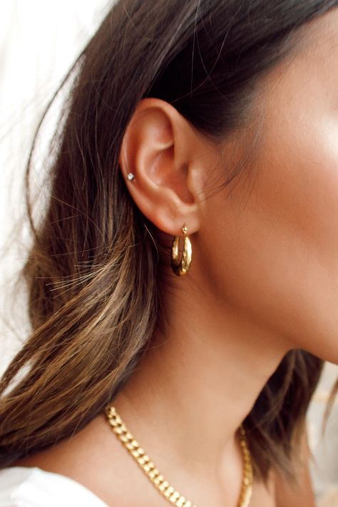Pretty Ear Piercings, Double Ear Piercings, Ear Peircings, Piercings For Small Ears, Triple Lobe Piercing, Unique Piercings, Different Ear Piercings, Ear Piercings Tragus, Bracelets