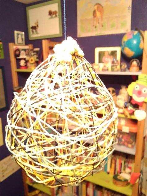 Ho gonfiato un palloncino . Poi ho immerso nella vinavil dei fili li ho contorti sul palloncino., Ho aspettato una notte e ho bucato il palloncino lo ho tirato fuori. Ed il gioco e fatto