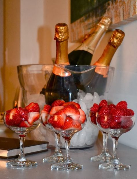 Oscar Party Strawberries and champagne! Romantic Dinner Setting, Romantic Dinners, Romantic Ideas, Romantic Picnics, Oscar Party, Romantic Room Surprise, Romantic Bath, Romantic Bedroom Decor, Romantic Birthday